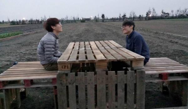 亞洲大學學生用木棧板打造一組桌椅,象徵「鄉伴」。(記者陳冠備翻攝)