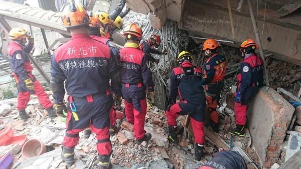 花蓮大地震造成嚴重災情,新北市政府派出搜救隊前往救援。(取自朱立倫臉書)