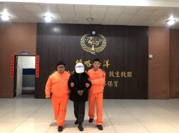 岸巡隊員將宋男移送地檢署歸案。(記者吳昇儒翻攝)