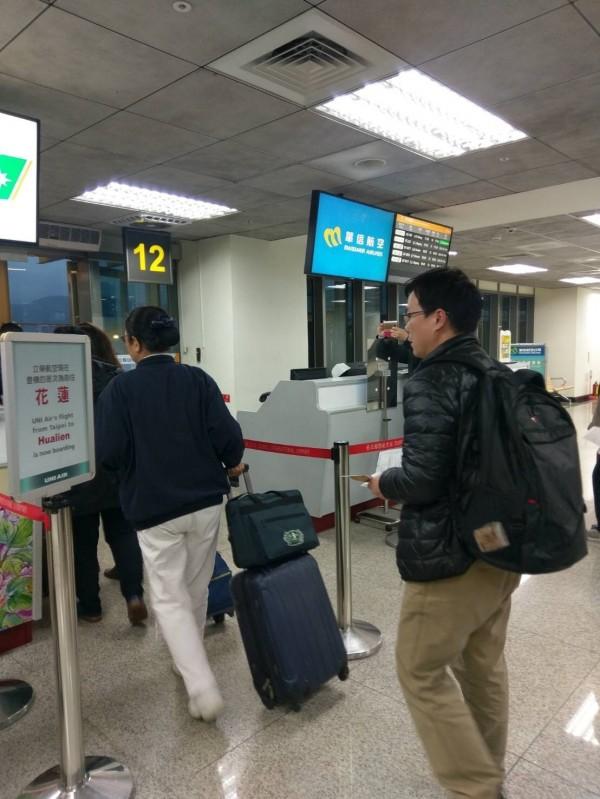 顏姓男子(右)準備由台北松山機場搭機前往花蓮。(圖由金門縣政府提供)