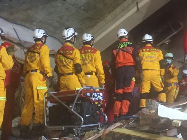 基隆市消防局特搜隊員持續以徒手搬運方式,搶救受困民眾(記者吳昇儒翻攝)