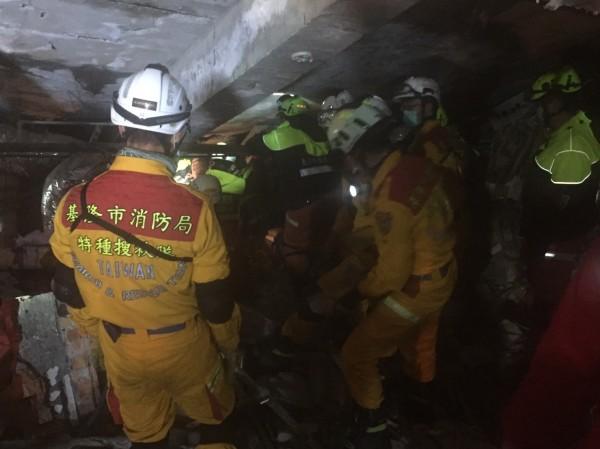 特搜人員在狹窄的空間內搜救(記者吳昇儒翻攝)
