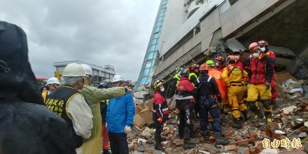 當時參與台南維冠大樓搶救的技師到雲門翠堤大樓協助支援,表示搶救難度一樣困難。(記者簡惠茹攝)