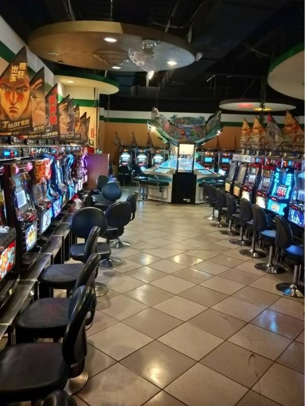 檢警漏夜掃蕩,虎尾「阿拉丁」電子遊戲場被查扣大批賭博電玩。(記者廖淑玲攝)