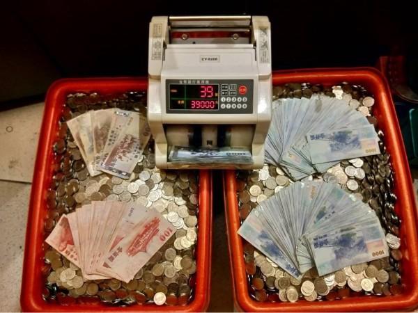 檢警查扣大批代幣及現金賭資。(記者廖淑玲翻攝)