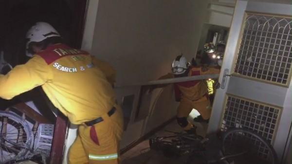 基隆市消防局特搜隊進入雲門翠堤大樓7樓搜索。(記者吳昇儒翻攝)