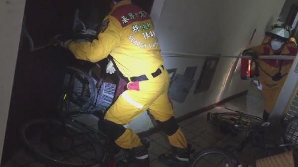 基隆市消防局特搜隊進入雲門翠堤大樓7樓搜索,以水帶充當繩索固定後,方便人員移動。(記者吳昇儒翻攝)