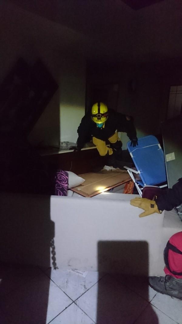 嘉義市特搜隊進入倒塌的雲門翠堤大樓執行搜索任務。(記者丁偉杰翻攝)