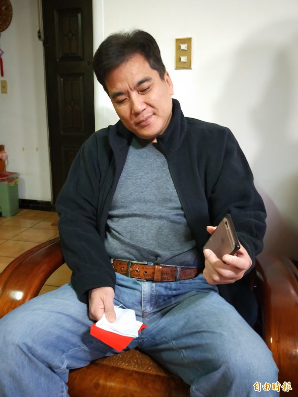 基隆市民李昇隆靠手機微光,找到方向逃出雲門翠堤大樓。(記者盧賢秀攝)