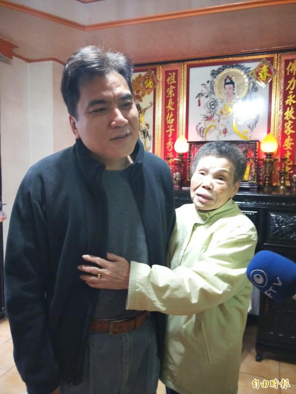 李昇隆回到家,老母感謝神明幫助。(記者盧賢秀攝)