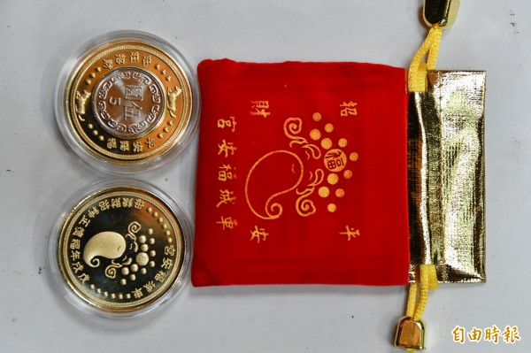 福安宮今年準備狗年開運金幣供領取。(記者蔡宗憲攝)