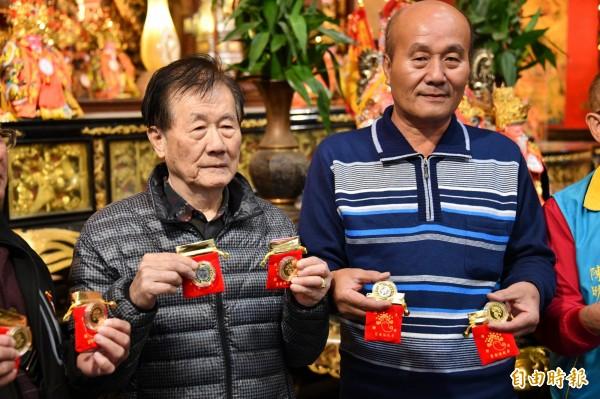 福安宮今年的「拜頭香」活動,還準備狗年開運金幣供領取。(記者蔡宗憲攝)