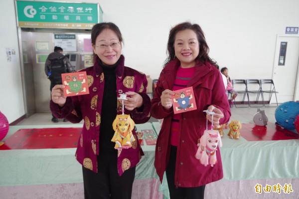 斗六市長謝淑亞(左)、縣議員賴淑娞(右)邀請大家小年夜來聽音樂會,打卡領福袋。(記者林國賢攝)