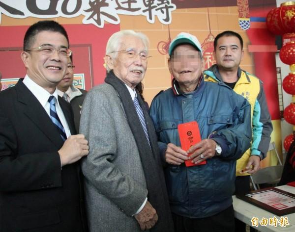 辜寬敏(左2)連續第5年回鹿港家鄉發紅包給弱勢家庭,溫馨感人。(記者湯世名攝)