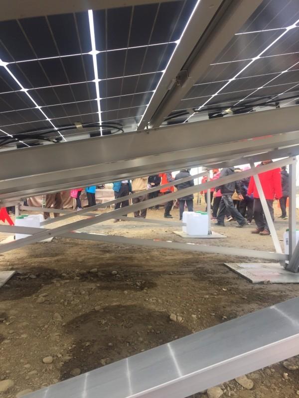 彰濱太陽光電場模組由新日光負責,採雙玻雙面模組,防風、防鹽害可提升發電效率。(記者林菁樺攝)
