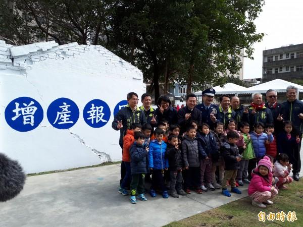 新竹市府啟動「掀綠計畫」,將長期閒置且髒亂的錦華街空軍十村變身為公園綠地,今天正式啟用。(記者洪美秀攝)