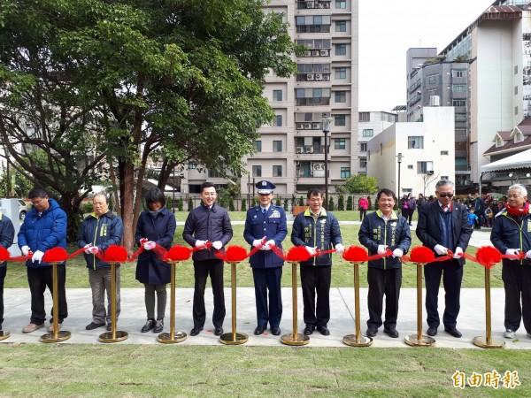 新竹市長林智堅今天與地方民代及空軍代表一起為國有土地活化成錦華公園剪綵啟用。(記者洪美秀攝)