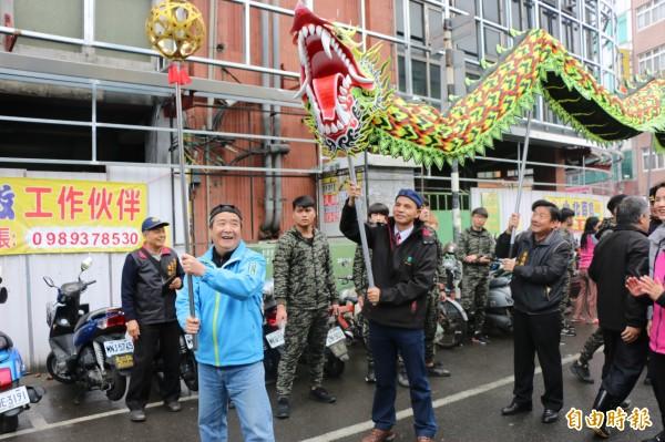 頭份市長徐定禎舞動龍珠,與議員及市民代表等人向市民歡慶新年。(記者鄭名翔攝)