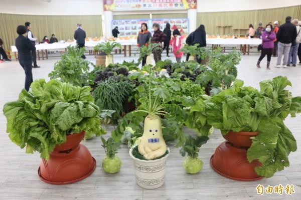 頭份市農會展出優秀農民種植的各式特色農產品。(記者鄭名翔攝)