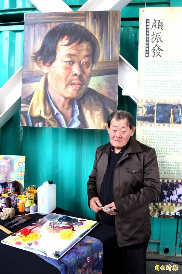 國寶畫師顏振發現身屏東,帶來55幅作品,即日起在青創聚落展出。(記者邱芷柔攝)