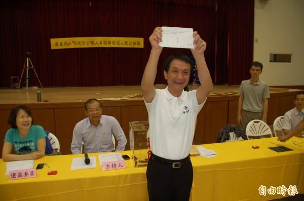屏東市代會主席林恊松參與國民黨屏東市長初選領表。(記者李立法攝)