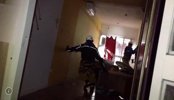 彰化特搜隊員在傾斜的雲翠大樓內搜救,不時用滑行方式前進,險象環生。(記者湯世名翻攝)