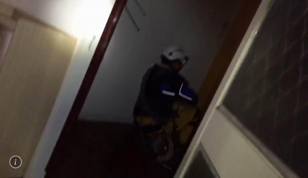 彰化特搜隊員在傾斜的雲翠大樓內搜救,不時坐著往前滑行,險象環生。(記者湯世名翻攝)