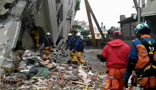彰化特搜隊員從雲翠大樓後方冒險挺進攀爬至8樓搜救。(記者湯世名翻攝)
