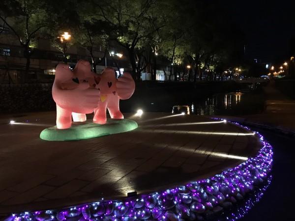 新竹市文化局在東門城到護城河邀請藝術家大打造新春裝置藝術作品,讓護城河有如浪漫不夜城般炫麗。(照片由文化局提供)