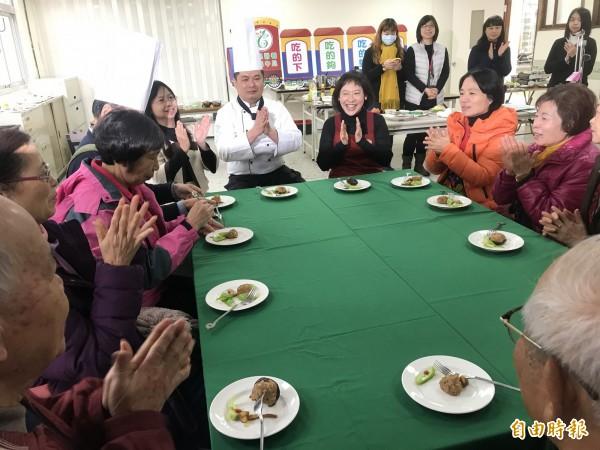 市長夫人廖婉如完成料理後,與現場長輩一起享用健康年菜。(記者李忠憲攝)