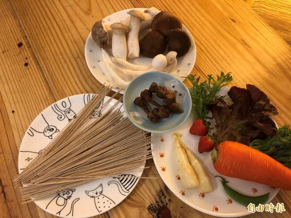 茶燒拉麵標榜健康無負擔,使用埔里、魚池地區多種新鮮菇菌在地小農生產的時令蔬果,連草莓也能入菜。(記者佟振國攝)
