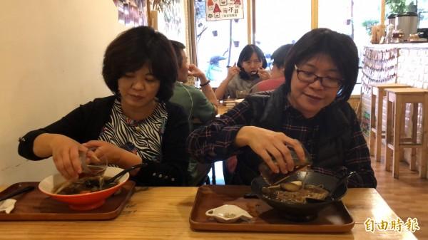 客人吃到一半時將紅茶加入麵碗中,許多人都是第一次的嘗試。(記者佟振國攝)