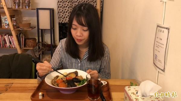 滿滿的菇類、蔬菜,對一般女生而言份量十足,連男生也可以吃飽。(記者佟振國攝)