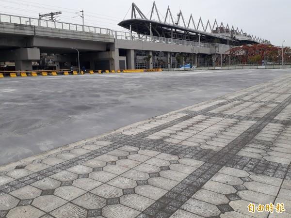 屏東火車站東側閒置土地闢為臨時停車場。(記者侯承旭攝)