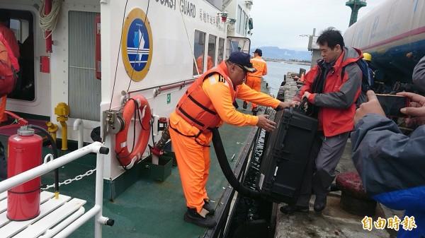 飛安會人員今天帶著水下聽音器上巡防艇,要探測黑鷹所在位置。(記者王秀亭攝)