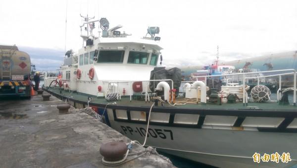 因海象不佳,海巡署出動100噸巡防艇,協助飛安會人員。(記者王秀亭攝)