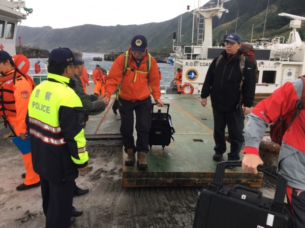 今天下午到蘭嶼外海放置聽音器的飛安會人員,下午4時許回到蘭嶼開元港。(記者王秀亭翻攝)
