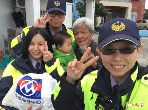 年輕員警送暖還自拍合照逗長輩開心。(記者蔡宗憲攝)