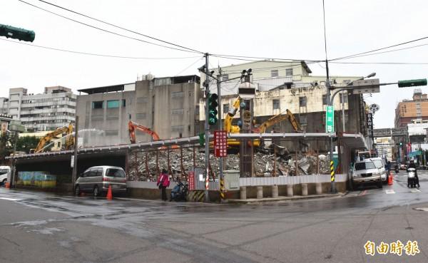 中壢第一公有零售市場拆除作業進入尾聲,現場幾乎已夷為平地。(記者李容萍攝)