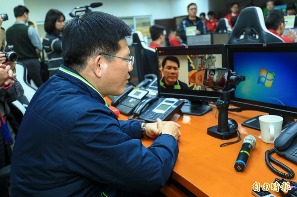 台中市長林佳龍透過視訊,交代花蓮現場的中市消防局救難隊指揮官要注意下屬安全。(記者張瑞楨攝)