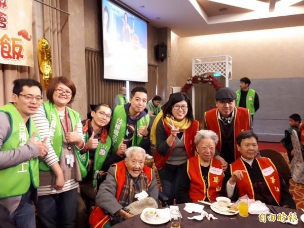 台積電12A廠的志工連續6年為新竹地區華山基金會照護的獨居長輩舉辦圍爐餐宴,且準備洗衣機和電冰箱等大獎,還認購278份年菜,讓獨居長輩足感心。(記者洪美秀攝)