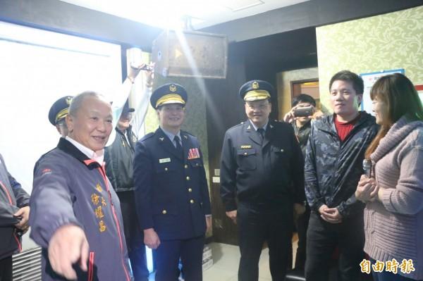 苗栗縣長徐耀昌到場為警員打氣,同時也呼籲民眾注意安全。(記者鄭名翔攝)