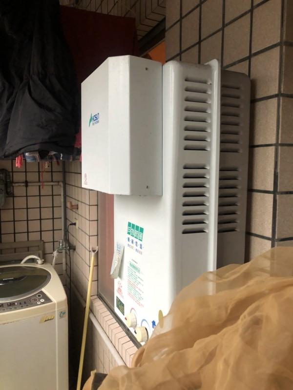 涂女裝設在陽台的熱水器不具強制排氣功能,導致一氧化碳無法排出屋外。(記者林嘉東翻攝)