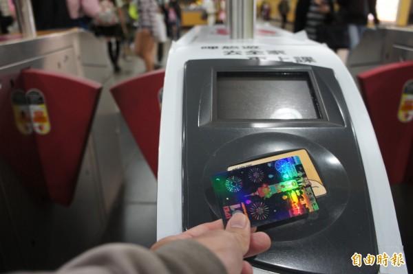 悠遊卡將於2月13日起可在高雄輕軌、捷運使用。(記者黃建豪攝)