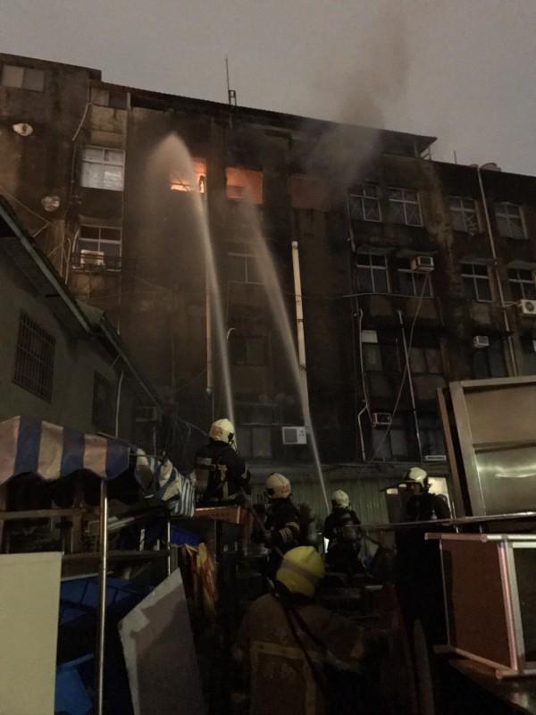 重慶南路一間住辦大樓昨日晚間發生火警。(記者劉慶侯翻攝)