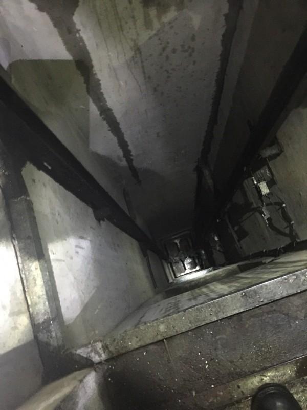 消防員墜落梯井內。(記者劉慶侯翻攝)