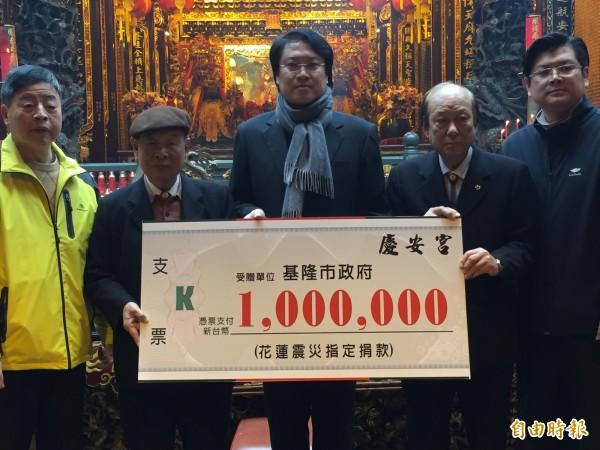 基隆慶安宮捐出100萬元賑災,由主委童永(左二)代表捐贈。(記者盧賢秀攝)