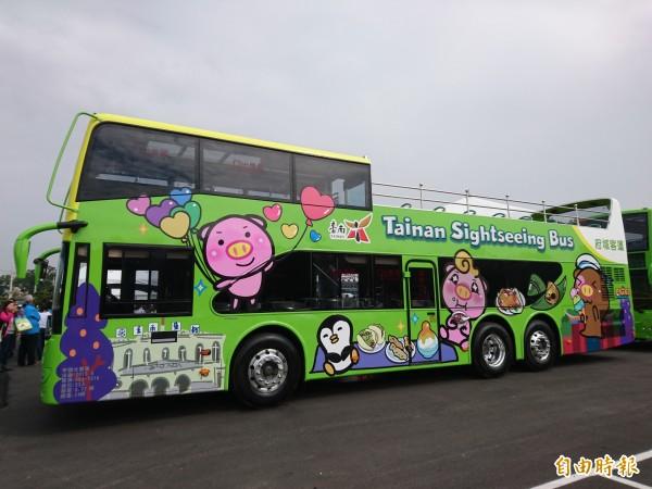 台南首部雙層巴士今天首度亮相。(記者洪瑞琴攝)