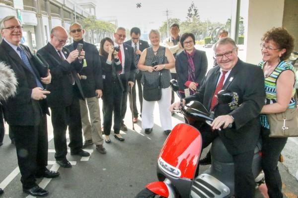 ICF加拿大代表團去年2月來訪時試乘電動車。(市府提供)