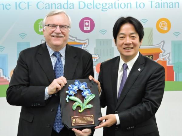 2017年2月6日ICF 主席John G. Jung率領加拿大代表團參訪南市智慧城市建設,由當時的台南市長賴清德致贈蘭花相關禮品。(市府提供)